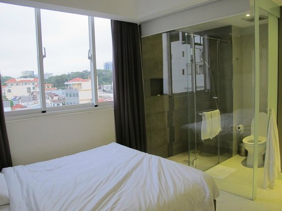 The Luxe Hotel: The famous see through bath room :)
