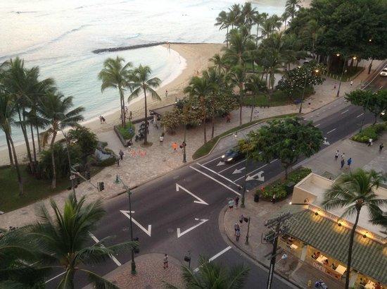 Alohilani Resort Waikiki Beach : 部屋のバルコニーからワイキキビーチを見下ろす