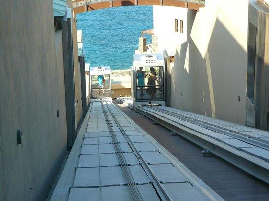 Daios Cove Luxury Resort & Villas: Спуск из главного здания к пляжу и номерам