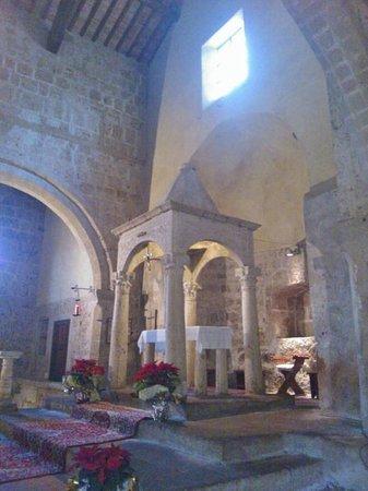 Duomo di Sovana -Cattedrale di San Pietro e Paolo: l'altare
