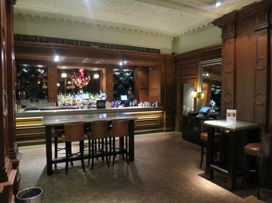 twotwentytwo Restaurant & Bar: Reparto bar