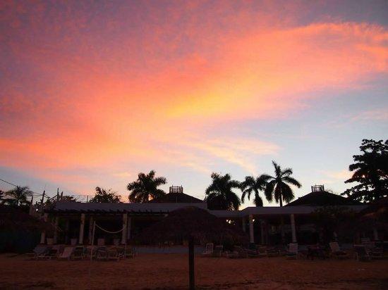 Beachcomber Club : Hotel bei Sonnenaufgang