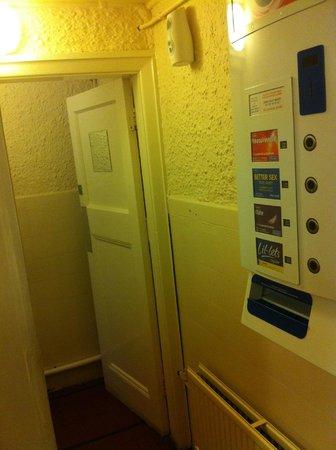 London Eye Hostel: Banheiros no térreo