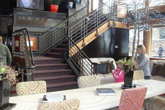 Sky Hotel - a Kimpton Hotel: На втором этаже сервируют завтраки