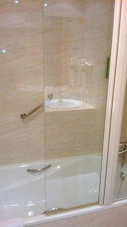 NH Porta Barcelona: Bath with shower over
