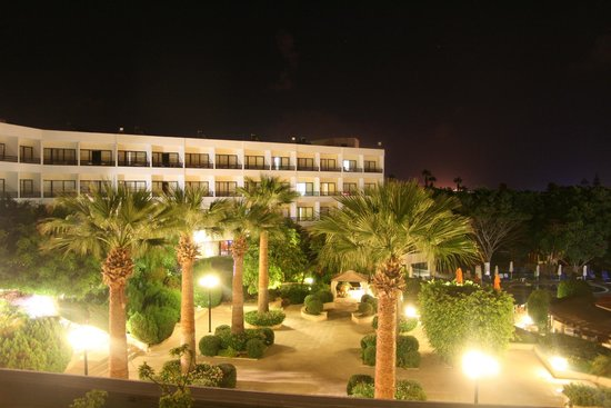 Avanti Hotel: Night view from our room