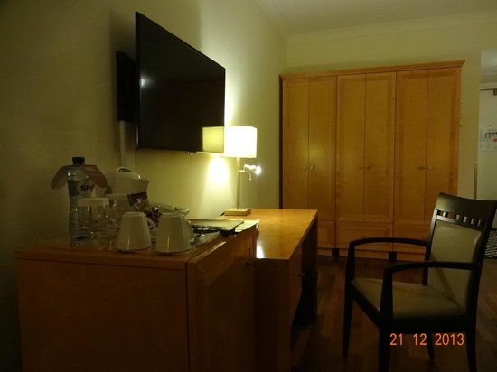 Crowne Plaza Hotel Brussels - Le Palace: TV and work area