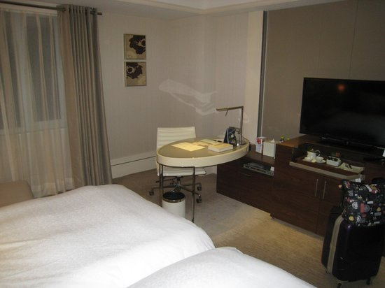 Hotel Royal-Nikko Taipei: 机とテレビ等
