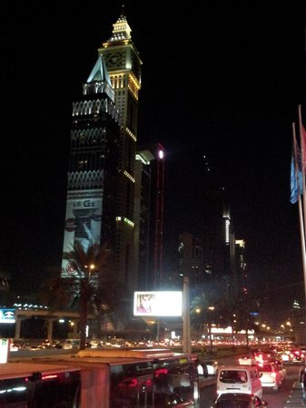 Crowne Plaza Dubai: vista del Burj Khalifa dalla camera (by night)