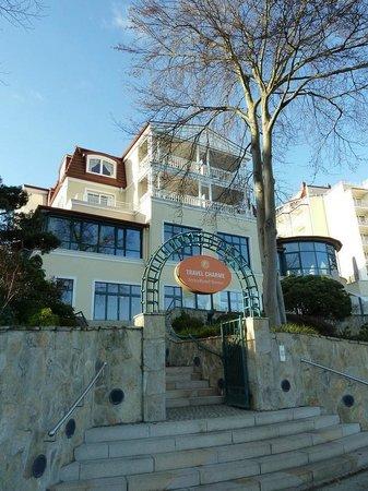 Travel Charme Strandhotel Bansin: Eingang zum Hotelkomplex von der Strandpromenade