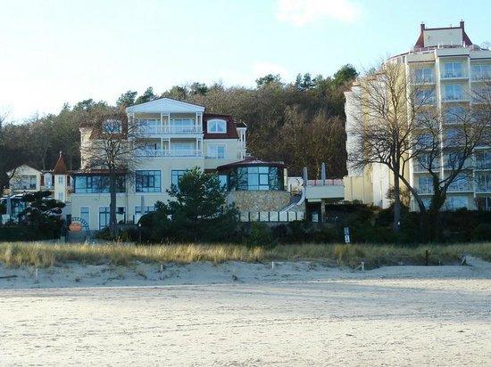 Travel Charme Strandhotel Bansin: Teilweise Hotelansicht vom Strand her gesehen
