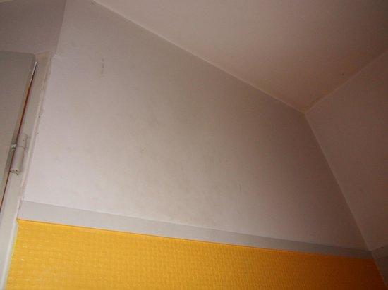 Hotel Le Champagne: murs sales avec taches