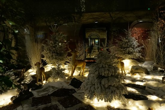 Hotel Lancaster Paris Champs-Elysees: Courtyard with Xmas Decoration
