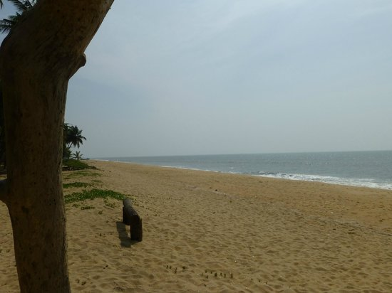 Kanan Beach Resort: Strand menschenleer