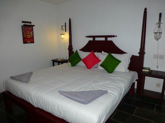 Kanan Beach Resort: Schlafzimmer mit großem Doppelbett