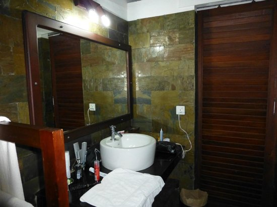 Kanan Beach Resort: Schönes Bad mit Dusche und WC - der Ankleideraum ist gleich nebenan