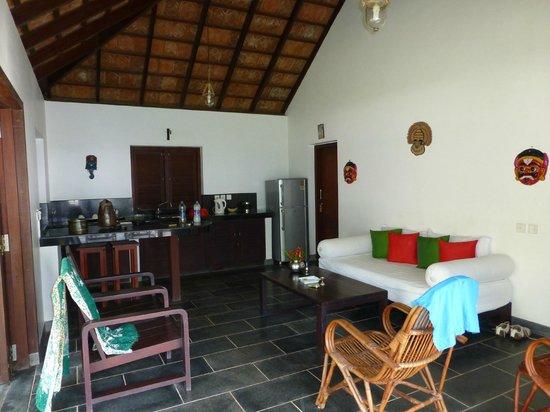 Kanan Beach Resort: Wohnbereich mit großem Kühlschrank, Spüle, Sofa, Bar, Tisch, ....