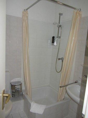 Hotel Residenz: душевая кабина