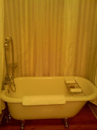 Grand Highland Hotel: Claw footed tubs are the ultimate luxury!