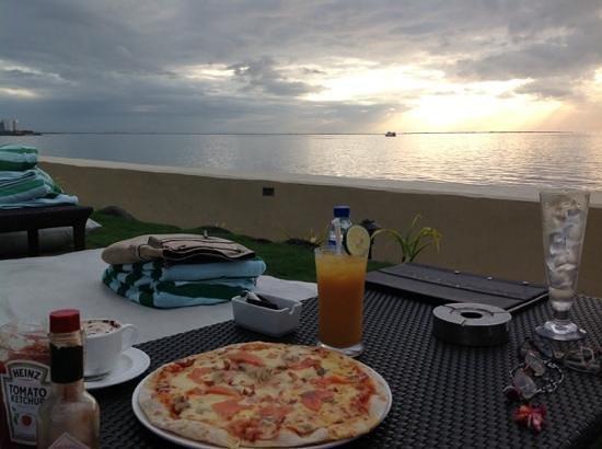 Sofitel Philippine Plaza Manila: At Sunset Bar