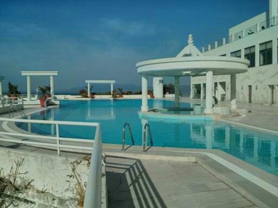 Korumar Hotel De Luxe : A side view of the pool and the pool bar