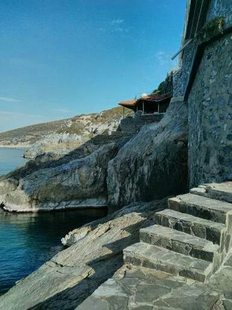 Korumar Hotel De Luxe : One of many access points to the sea