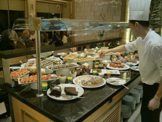 Korumar Hotel De Luxe: The Chef replenishing the dessert display