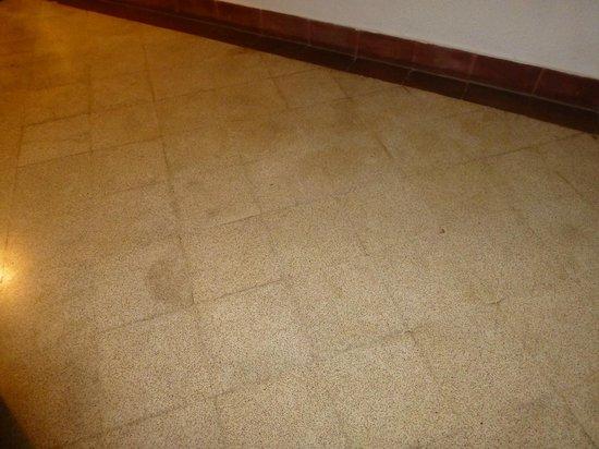 Vivanta by Taj - Fort Aguada, Goa : Feuchtigkeitsschäden am Schlafzimmerboden