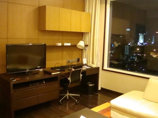 Sukhumvit Park, Bangkok - Marriott Executive Apartments: Desk
