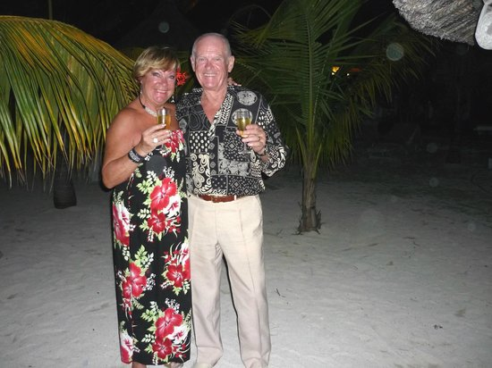Merville Beach Hotel: Anniversaire de mariage : repas au champagne sur la plage