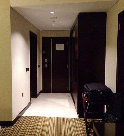 Oryx Rotana Doha: Entrance to the room