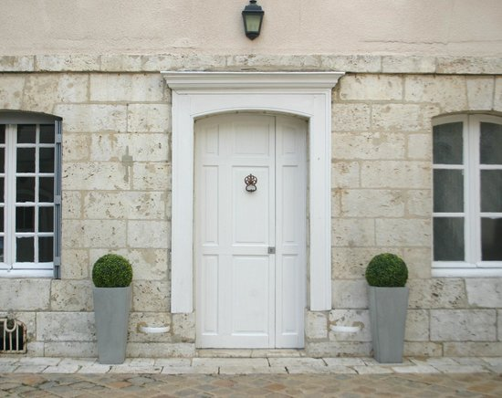 Maison Ailleurs: Entry Chartres bed and breakfast