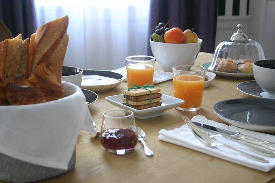 Maison Ailleurs: Breakfast layout Chartres B & B