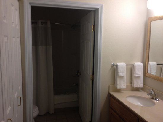 Staybridge Suites Sioux Falls : Bathroom area in the private room