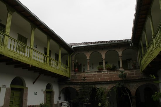 Niños Hotel: Looking to the upper level from the courtyard
