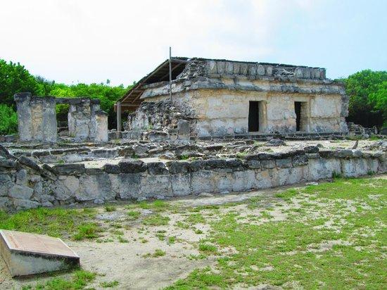 Zona arqueológica El Rey: Various ruins