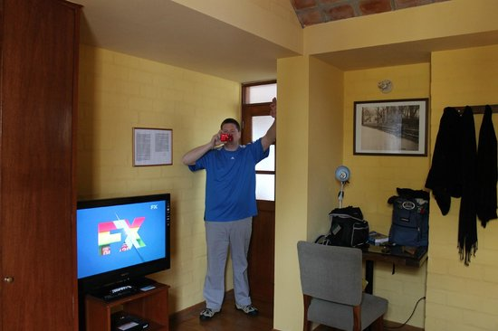 Casa de Baraybar: Another view of the room--cable TV too