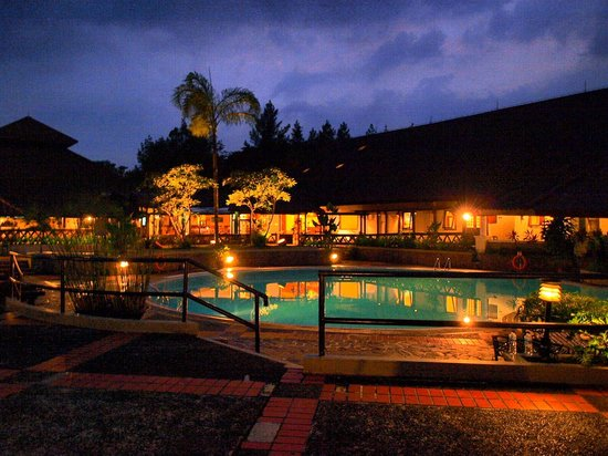 Grand Whiz Hotel Trawas Mojokerto: In the evening