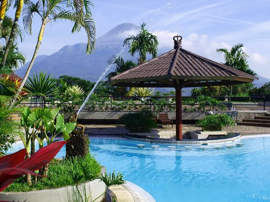 Grand Whiz Hotel Trawas Mojokerto: Pool and The Penanggungan mountain