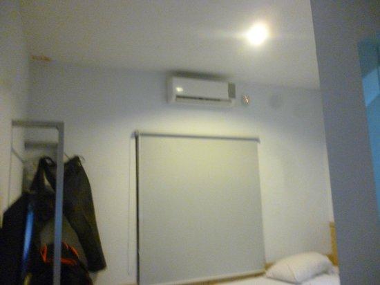 Grha Ciumbuleuit Guest House: ruangan kamar yg sangat minimalis