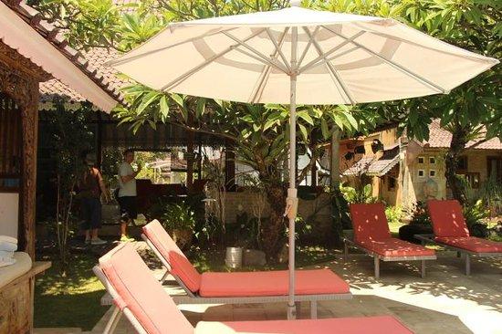 Hotel Puri Tempo Doeloe: pool area wit hthe Bale