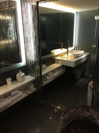 Revere Hotel Boston Common: Bathroom