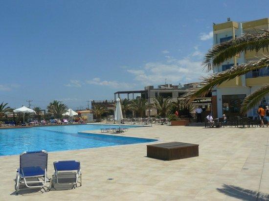 Beach Club Aphrodite: бассейн