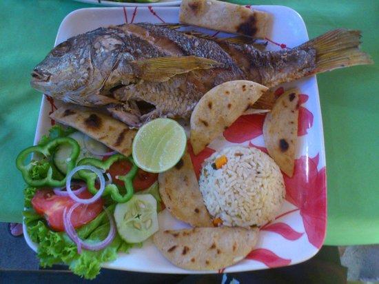 Peixe grelhado com vegetais e arroz
