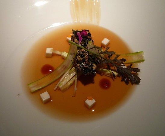 Martin Berasategui : 2013 Foie braisé avec algues posé sur du lait caillé au raifort, bouillon de soja fermenté et se