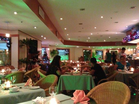 Hotel Princesa Louçã : The dining area at night.
