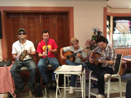 Hotel Princesa Louçã : Musicians playing in the dining hall.
