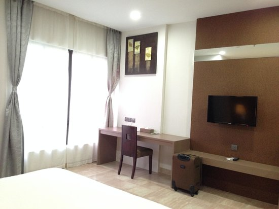The Centro Hotel and Residence: study area within studio executive room 323