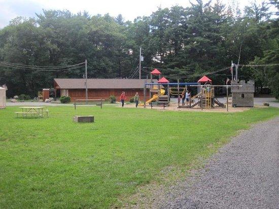 King Phillips Campground : Parc et salle de bain principale