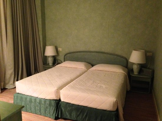 Grand Hotel Astoria: Comfortable beds, but the pillows were a bit too firm for our liking